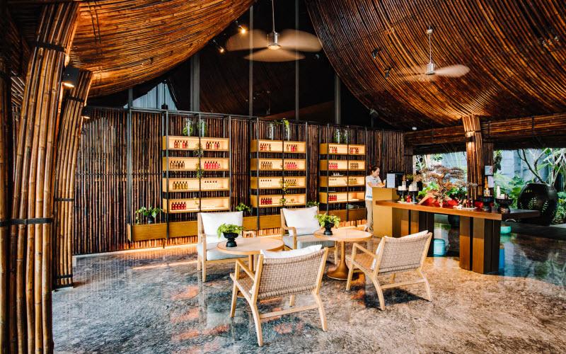 Không gian cafe với chiếc ghế mây chân gỗ mini cực xinh
