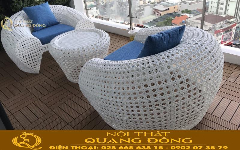 Mẫu bàn ghế ban công sân thượng bằng nhựa giả mây gam màu trắng tinh khiết, nổi bật khôn gian