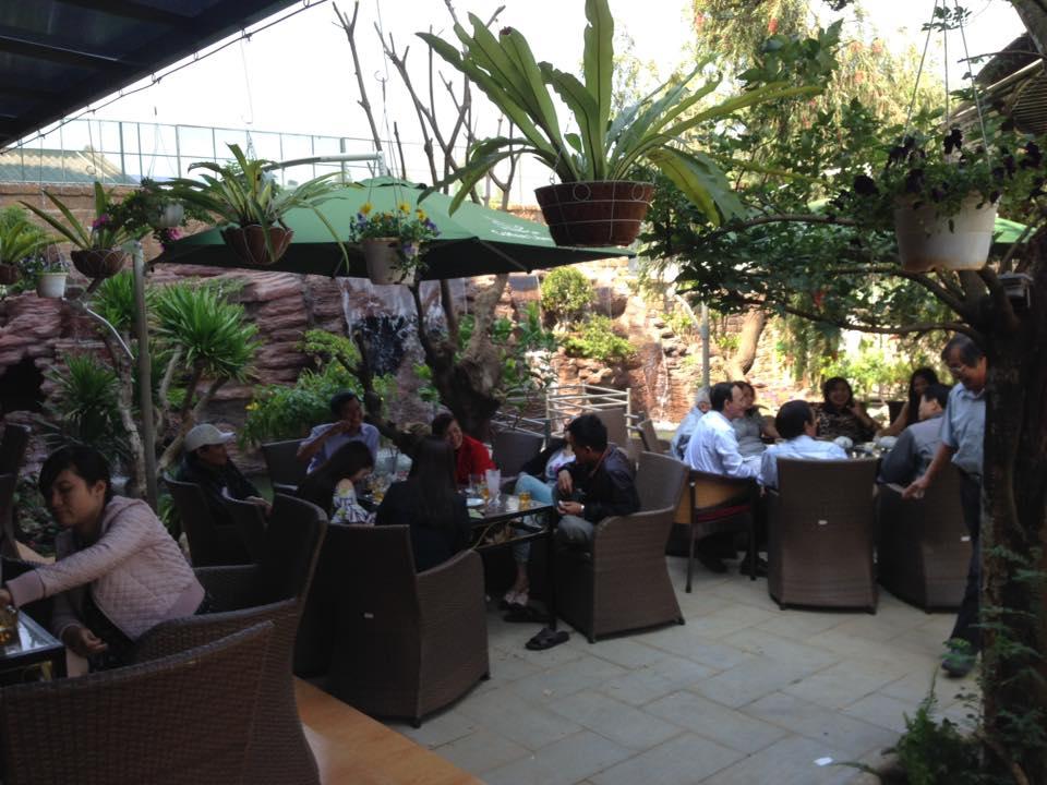 Không gian sân vườn nổi bật với ghế cafe giả mây Quang Đông