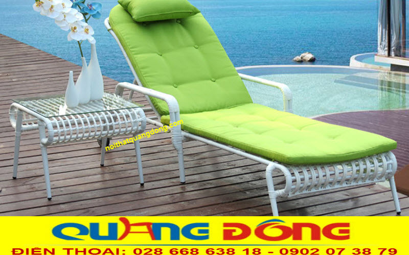Mẫu ghế thư giãn bênh cạnh hồ bơi xanh mát bằng nhựa giả mây cao cấp