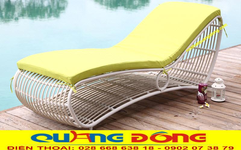Ghế nằm thư giãn hồ bơi QD-1249 sang trọng nhẹ nhàng quyến rũ bên cạnh hồ bơi tĩnh lăng